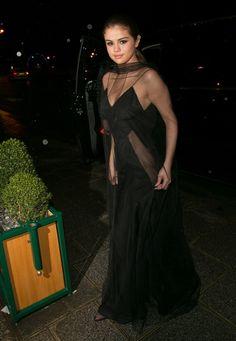 Selena Gomez deixa calcinha em casa e exibe em look transparente! - Quem