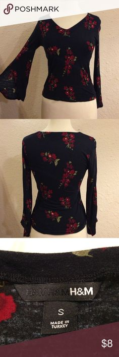 H&M Bell-Sleeved Fitted Floral Top Bust 32 Length 21. Material stretches. this top is in great condition. There are no stain, holes, or rips. there is a small bit of fade. the sleeves bell out and split at the end. H&M Tops Blouses