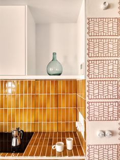 Winner of the FAD Interior Design Award Can Picafort by TEd'A arquitectes. Photograph by Luis Díaz Díaz Best Interior, Kitchen Interior, Interior And Exterior, Eclectic Kitchen, Kitchen Tiles Design, Tile Design, Kitchen Layout, Decor Interior Design, Interior Decorating