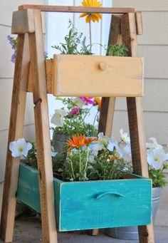 objets de récupération pour décorer la terrasse ou le jardin- tiroirs et escabeau comme jardinières