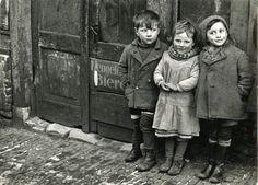 Drie kinderen in oorlogstijd (1940-1945). Collectie Nationaal Onderwijsmuseum, Rotterdam