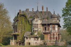 s haunted house Abandoned Buildings, Abandoned Property, Old Abandoned Houses, Abandoned Castles, Abandoned Mansions, Old Buildings, Abandoned Places, Old Houses, Interesting Buildings
