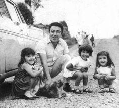 Maurício de Souza, em 1964, com as filhas Maria Angela, Mônica e Magali.  Fonte: http://qga.com.br/mundo/2014/06/essas-fotos-raras-vao-revolucionar-sua-visao-sobre-o-passado