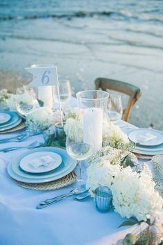 hochzeit-tischdeko-ideen-weisse-hortensien-hellblaue-decke-geschirr
