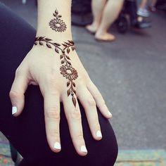 These are some of the simple Henna tattoo designs you must try. Before getting anything related to Henna done any where your body make sure you are not Simple Henna Tattoo, Henna Tattoo Hand, Henna Body Art, Henna Mehndi, Henna Art, Lion Tattoo, Arm Tattoo, Easy Mehndi, Wrist Henna