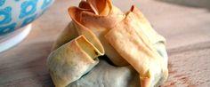 Moderne Griekse salade met spinazie, kikkererwten en feta pakketjes