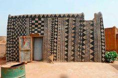 Burkina Faso no es una zona frecuentada por los turistas, pero en la base de una colina con vista a la sabana de África occidental se encuentra un pueblo extraordinario. Un complejo de 1,2 hectáreas con arquitectura circular de tierra, intrincadamente bello. Es la residencia del jefe, la corte real y la nobleza de la gente Kassena, que colonizaron la región en el siglo 15, convirtiéndose en uno de los grupos étnicos más antiguos de Burkina Faso. Este pueblo es Tiébélé.