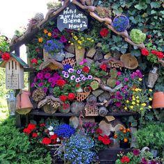 bepflanztes Insektenhotel