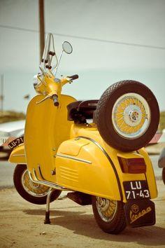 Vintage yellow vespa If Kevin ever gets a crotch rocket, then maybe I'll get one of these! Piaggio Vespa, Lambretta Scooter, Vespa Scooters, Fiat 500, Motos Vespa, Jimny Suzuki, Classic Vespa, Italian Scooter, Scooter Bike