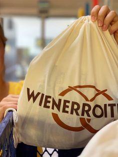 Dieser Kordel-Beutel aus #Bio-Baumwolle ist vielseitig verwendbar: ob Du ihn als nachhaltiges #Einkaufssackerl benutzt oder lieber darin Dein Brot aufbewahrst, bleibt völlig Dir überlassen. Hält die Hände beim Tragen frei und ist ein sinnvoller Beitrag zur Reduzierung von Verpackungsmaterial. 😎 Ma guat! Shops, Carry On, Wrapping, Purchase Order, Sachets, Cotton, Tents, Hand Luggage, Carry On Luggage