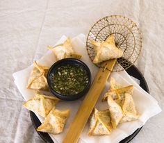 Die kleinen, ravioliähnlichen Teigtäschchen werden entweder gebraten, im Dampf gegart oder wie unsere hier im Öl frittiert.