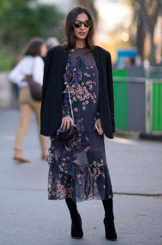 Look com vestido midi floral, bota over the knee, blazer preto e bolsa preta.