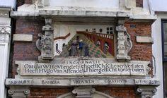 Op deze gevelsteen kun je zien hoe de zieken vroeger verzorgd werden: in bedsteden op een grote zaal. Gevelsteen in de Jansstraat, Haarlem