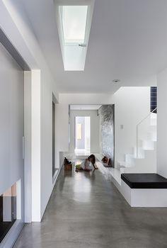 Pisos de Concreto y mucha luz- Scape House by Form / Kouichi Kimura Architects Best Interior Design, Modern Interior, Interior Architecture, Architecture Diagrams, Minimal Home, Minimal House Design, Grey Flooring, Minimalist Interior, Concrete Floors