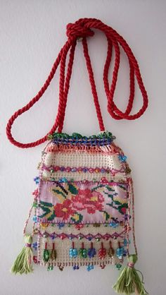 Elde kanaviçe ve dantelle yapılmış çanta Crochet Phone Cases, Crochet Barbie Clothes, Lavender Bags, Point Lace, Denim Bag, Crochet Purses, Baby Knitting Patterns, Handmade Bags, Hand Embroidery