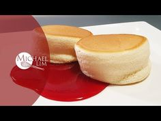 Japanese Souffle Pancake - YouTube Vanilla Souffle, Egg Souffle, Souffle Pancakes, Pancakes And Waffles, Fluffy Pancakes, Torta Recipe, Japanese Pancake, What's For Breakfast, Sweet Tarts