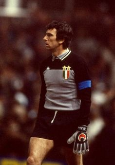 Dino Zoff of Juventus. \ Mandatory Credit: David Cannon /Allsport Get premium, high resolution news photos at Getty Images Juventus Goalkeeper, Juventus Players, Football Images, Football Pictures, World Football, Football Kits, Good Soccer Players, Football Players, Legends Football