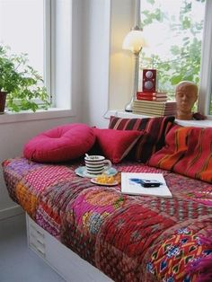 Contemporary quilts are beautiful home accessories. Handmade and colorful, they add character to room decor and style modern bedding ensembles. Decor4all shares a collection of creative, contemporary quilts and colorful patchwork designs that make gorgeous accents and transform room decor with uniqu