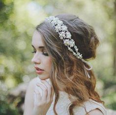 Une fois votre robe choisie, il vous reste encore à déterminer la mise en beauté de vos cheveux puis votre maquillage. Aujourd'hui, nous allons vous donner quelques idées de coiffure pour les cheveux longs.Votre coiffure va faire partie intégrante de votre tenue, il faut donc réfléchir au style que vous souhaitez donner à l'ensemble: …