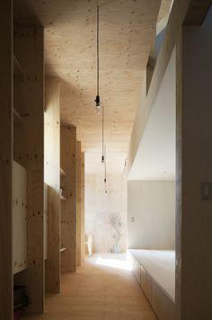 mA-style architects kreierten das 'Ant House' (Ameisenhaus), ein Einfamilienheim in Omaezaki-City, Japan. Der nahezu fensterlose Kasten ist mit schwarzen Metallpaneelen verkleidet. Wenn man das Haus betritt, findet man sich von warmen Holztönen umgeben. Wie in einem Ameisenhaufen bewegt man sich entlang verschiedener Einbuchtungen durch die Korridore auf unterschiedlichen Leveln. Das Wohnzimmer ist in der Mitte [...]