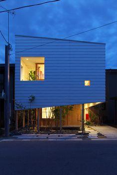 Construido por Takeru Shoji Architects en Chuo Ward, Japan con fecha 2013. Imagenes por Koichi Satake. En el 2012, una enorme cantidad de lotes de vivienda, 540 subdivisiones en 17,30 hectáreas de la zona de promoción de...