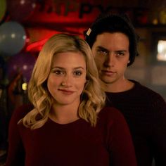 Find images and videos about riverdale, betty cooper and jughead jones on We Heart It - the app to get lost in what you love. Kj Apa Riverdale, Riverdale Memes, Riverdale Cast, Betty Cooper, Riverdale Betty And Jughead, Films Netflix, Stranger Things, Lili Reinhart And Cole Sprouse, Cole Sprouse Jughead