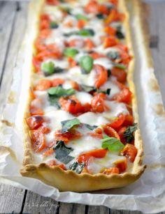 Torta salata con brisée all'olio, pomodorini e mozzarella