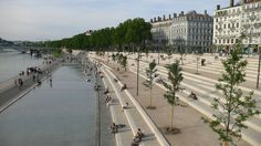 Des gradins pour se poser, regarder les gens, observer profondément la vie qui nous entoure Les berges du Rhône / Lyon, France / by IN SITU