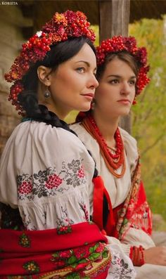 foldk costumes ... Ukraine ... embroidered sleeve detail ... flower head wreath ...
