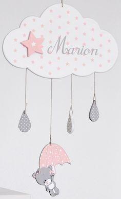 """Mobile en bois """"Nuage Fille"""" avec prénom pour chambre de bébé Gris très clair, gris moyen et rose pastel.  PRENOM A INDIQUER A LA COMMANDE  Dimension du nuage : 29 x 18 cm"""