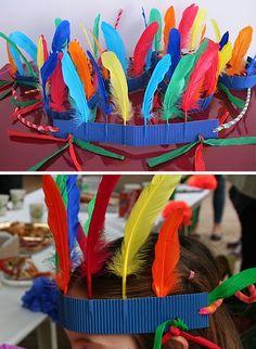 Creación de mi amiga Josefa ¡En 5 min un Indio! Recorta una banda (3cm) de cartón ondulado (perpendicular a las ondas) , pincha las plum...