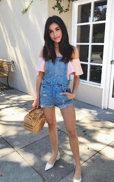 Tendance salopette 2017  10 Ideias para usar jeans destroyed na próxima estação. Blusa rosa com decote