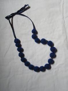 collier perles de laine feutrée : que du bleu !
