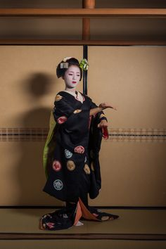 John Paul Foster is a photographer specializing in images of Kyoto, including geisha, maiko and Buddhist icons. Japanese Geisha, Japanese Kimono, Kabuki Costume, Memoirs Of A Geisha, Yukata, Japanese Culture, Vintage Colors, Kyoto, Geishas