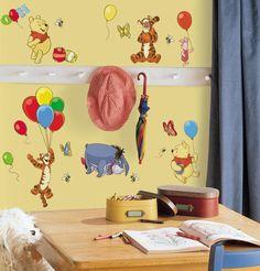O Ursinho Pooh é uma fofura, e o adesivo de parede do Pooh e seus amigos vai deixar a decoração mais alegre e divertida. Além do urso e seu querido pote de mel, o adesivo ainda tem o Tigrão, Leitão e o Bisonho em uma estampa colorida.