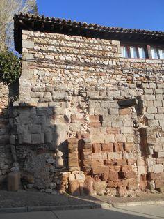 Elementos  de muralla de distintas épocas se combinan junto con otros mas modernos. Unos y otros forman parte de muros de construcciones mas modernas