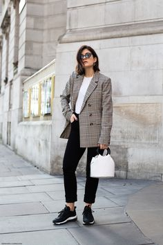 Plaid Blazer & Mini Bucket Bag - How to travel in style I More on viennawedekind.com #nikeairmax #minibucketbag