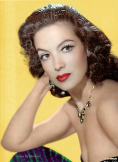 Maria Felix Mexican actress l! Classic Actresses, Beautiful Actresses, Hollywood Glamour, Old Hollywood, Mexican People, Mexican Girls, Yves Montand, Lupe Velez, Divas
