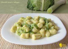 Gnocchi cremosi con verza e Taleggio, ricetta. Come preparare gli gnocchi di patate con sugo cremoso di verza e taleggio, primo vegetariano facile e veloce