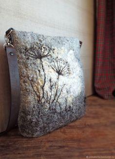 Валяная сумка-почтальонка Полюшко – купить или заказать в интернет-магазине на Ярмарке Мастеров | Сумка валяная средних размеров. Поверхность…