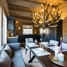 5 Amazing Log Home Decorating Ideas Outdoor Patio Rooms, Chalet Interior, Log Home Decorating, Winter Cabin, Cabin Interiors, Cabins And Cottages, Rustic Elegance, Log Homes, Kitchen Interior