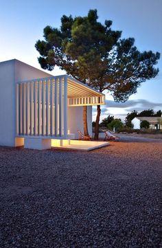 Východní průčelí domu oživuje pergola konstruovaná z lehkých bíle lakovaných a anodizovaných hliníkových profilů 100×100 mm.