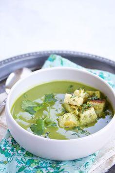 Sopa de brócoli, espinaca y cilantro con crutones. Dale la vuelta a la típica crema de brócoli, esta receta está llena de sabores y delicias.