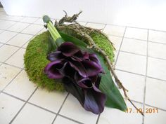 Wreath with dark callas Casket Flowers, Grave Flowers, Cemetery Flowers, Church Flowers, Fall Flowers, Funeral Floral Arrangements, Fall Flower Arrangements, Funeral Bouquet, Funeral Flowers