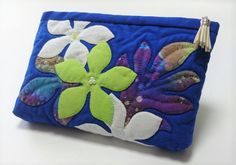 ALOHA GARDEN お客様の素敵な作品ご紹介 お二人様の画像   Hawaiian Quilt Garden Hawaiian Quilt Patterns, Hawaiian Quilts, Island Wear, Quilted Bag, Applique Quilts, Applique Designs, Cosmetic Bag, Purses And Bags, Diy And Crafts