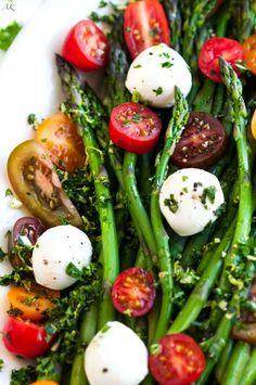 Asparagus Caprese Salad with Basil Gremolata – Gesundes Abendessen, Vegetarische Rezepte, Vegane Desserts, Veggie Recipes, Salad Recipes, Vegetarian Recipes, Cooking Recipes, Healthy Recipes, Pasta Sin Gluten, Gremolata Recipe, Caprese Salat, Asparagus Salad