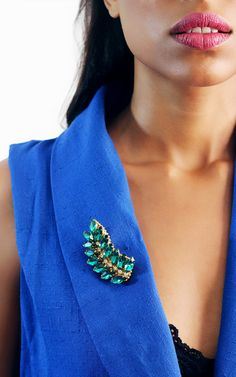 Laurel Emerald Brooch. Charming brooch made of crystals rhinestones with gold-plated brass beads. Perfect to style a blazer, jacket or coat.