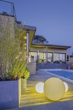 Dotée d'une architecture aux accents maritimes, la maison se vit en écho de la…