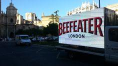 Camión con doble pantalla de LEDs realizando un Road-Show por Sevilla.