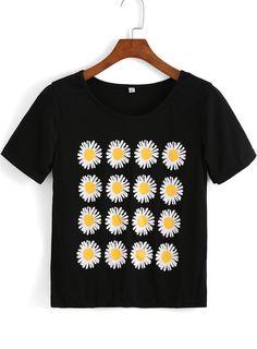 Blusa Margaridas T Shirt And Shorts, Black Shorts, Top Pattern, Printed Tees, Pretty Outfits, Chic Outfits, Shirt Sleeves, Cool Shirts, Shirt Style